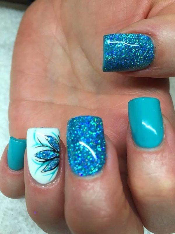 decoracion de uñas azules con flores