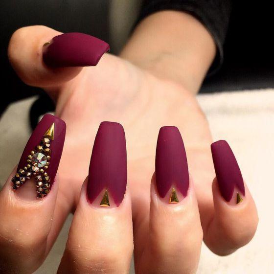 modelos de uñas rojo con dorado
