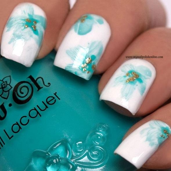uñas con flores azules y blanco