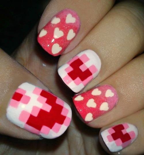 corazon pixelado en uñas