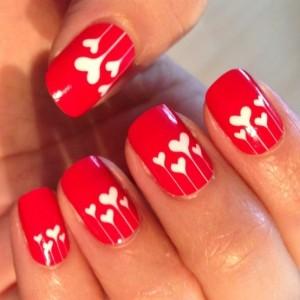corazones en uñas rojas