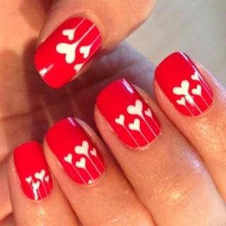 Hermosas uñas decoradas con corazones