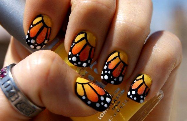 uñas decoradas con mariposas