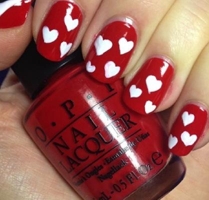 decorando uñas de corazones