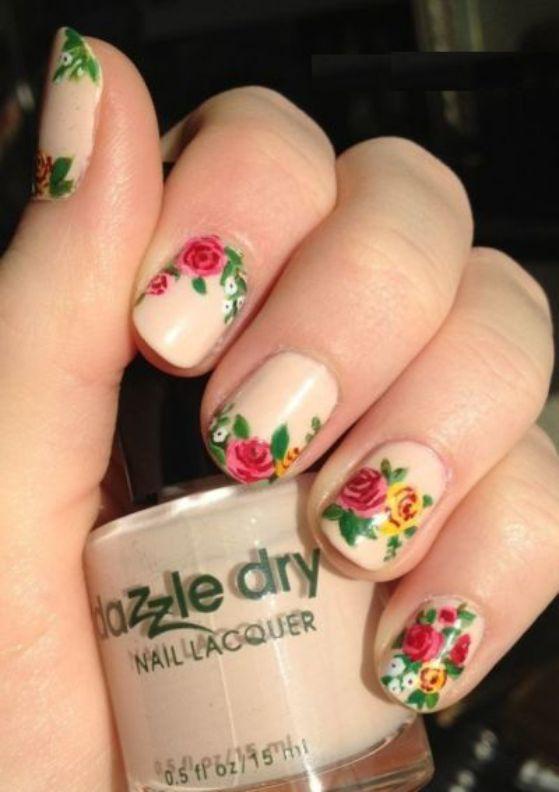 diseño de uñas naturales con flores
