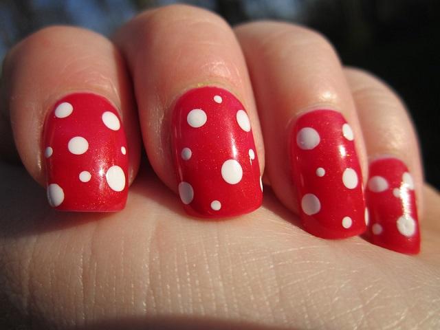diseño rojo con circulos blancos