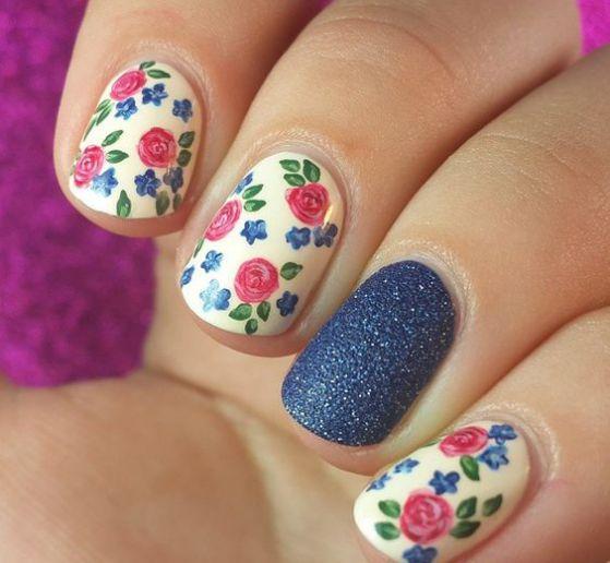flores con uñas azules
