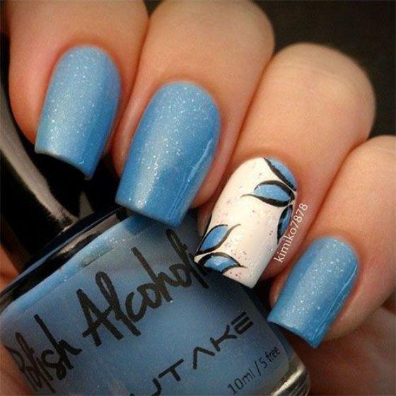 flores y azul uñas
