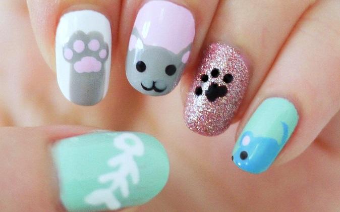 pequeño gato en uñas