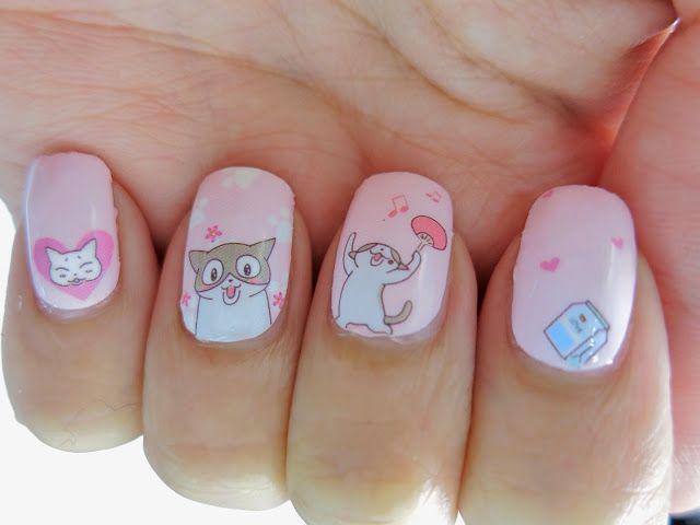 pequeños gatos decorados en uñas