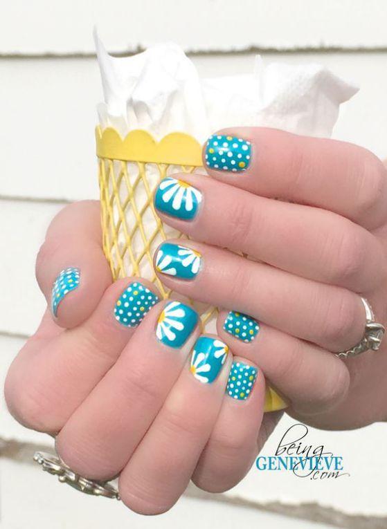uñas azul y blanco con flores