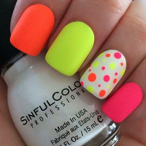 uñas de colores brillantes