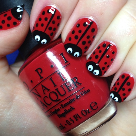 uñas de rojo diseño mariquita