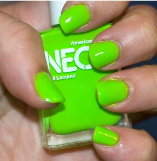 Uñas color verde neon