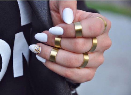 accesorios con uñas blancas