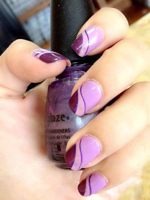 asombrosas uñas violeta con azul