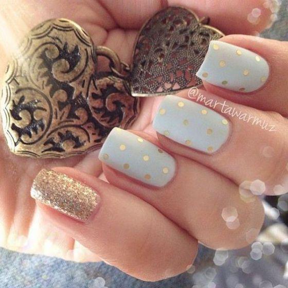 blanco y dorado uñas