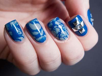 decoracion de uñas azules con accesorios