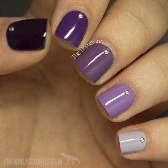 decoracion de uñas violeta con accesorios