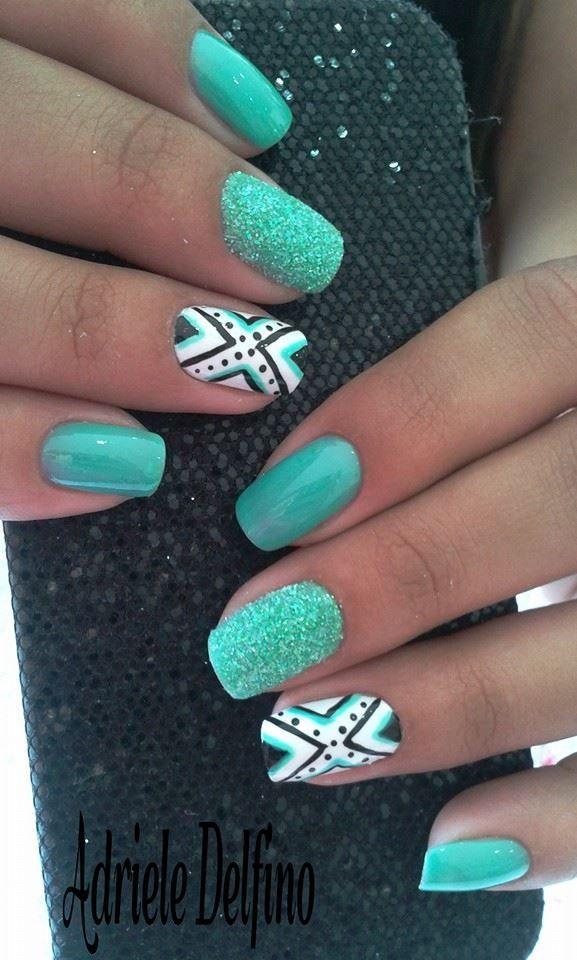 decorando uñas verdes con formas