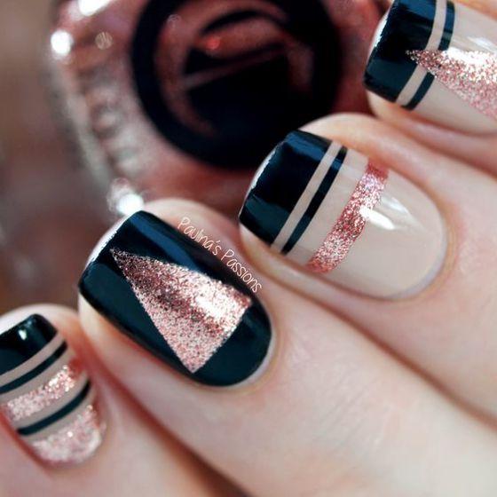 diseño de uñas con negro y dorado