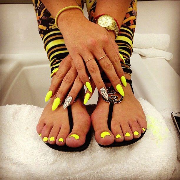 manos y pies decorados de amarillo