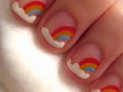 pequeño arcoiris decorado en uñas