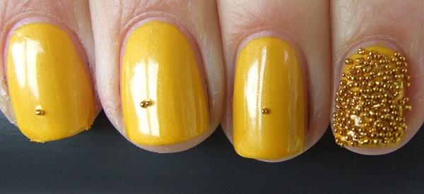 uñas amarillas cortas con accesorios