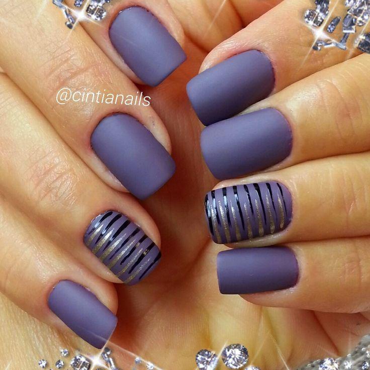 uñas azul violeta