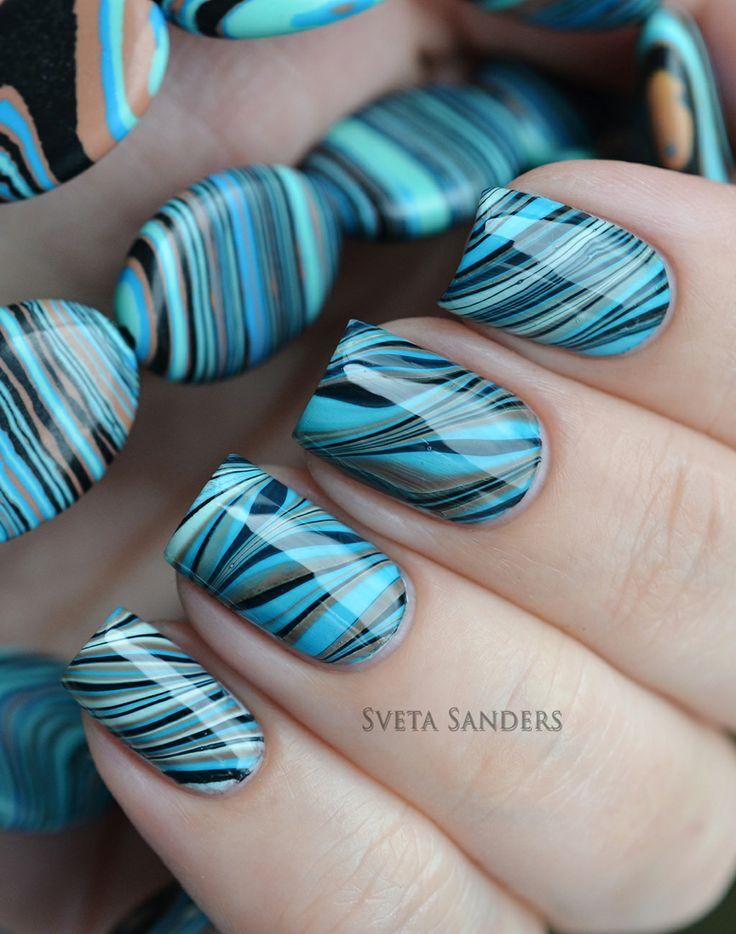 uñas azules con accesorios en agua