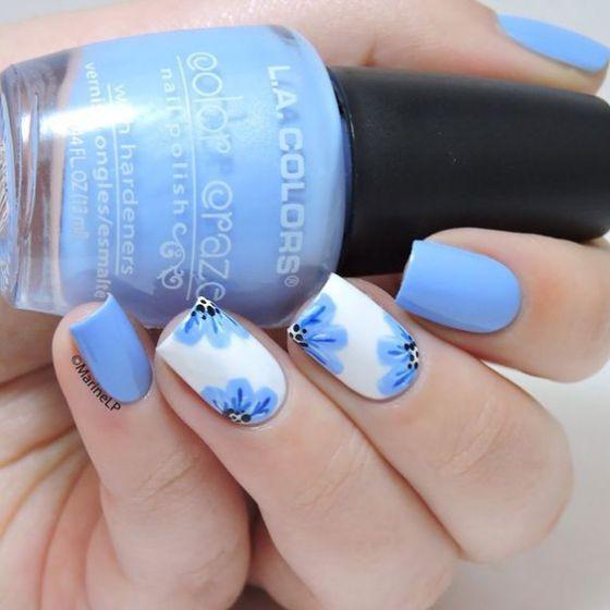 uñas azules con rosas