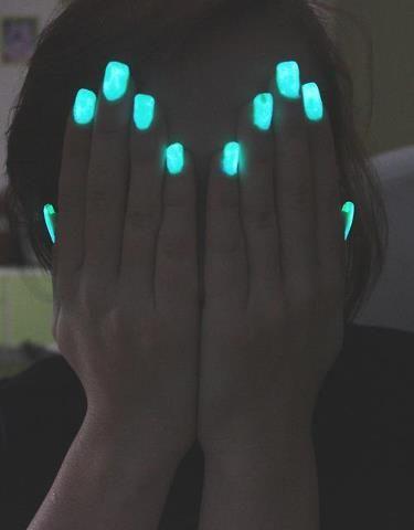 uñas azules en la oscuridad