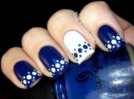 uñas con esmalte azul y blanco