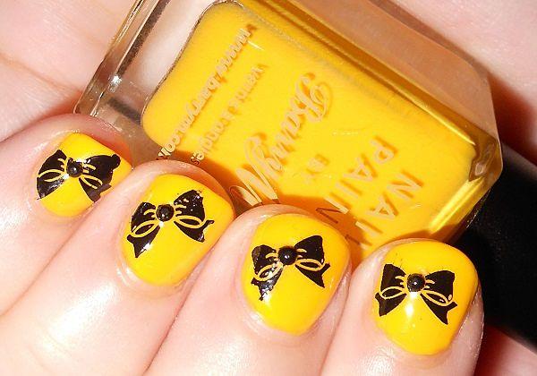uñas cortas de amarillo