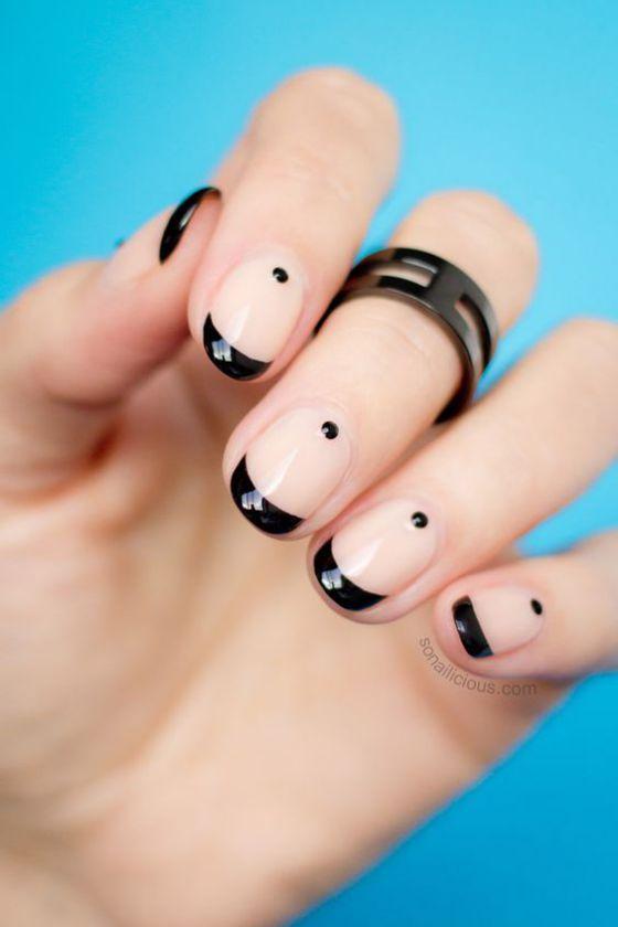 uñas cortas decoradas con accesorios