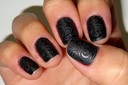 uñas cortas diseño negro con circulos