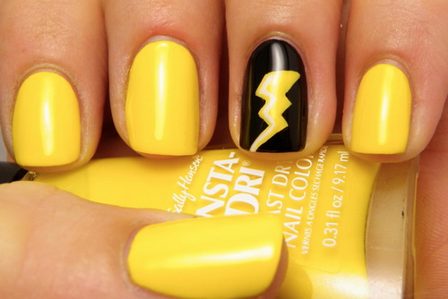 uñas de color amarillo
