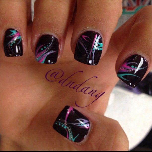 uñas de gel negro con colores