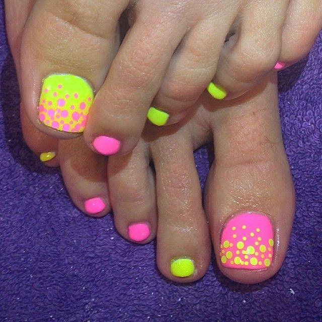 uñas de los pies verdes con rosa