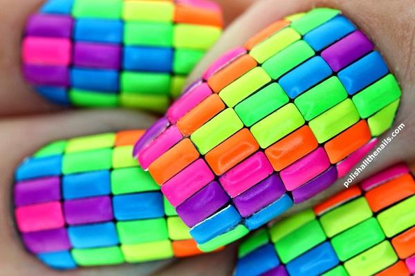 uñas de neon con accesorios