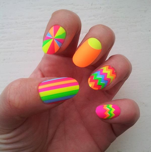 uñas de neon con pegatinas