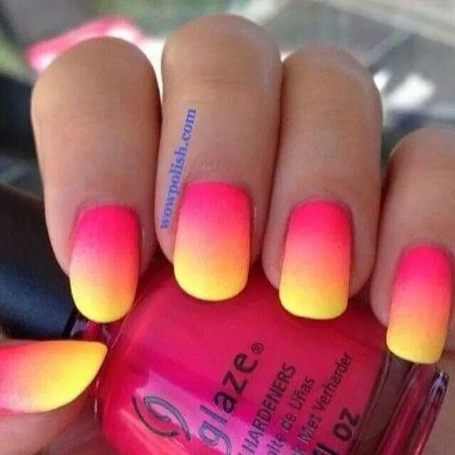 uñas de neon en degrade rosa y amarillo