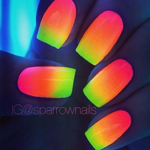uñas de neon en la noche