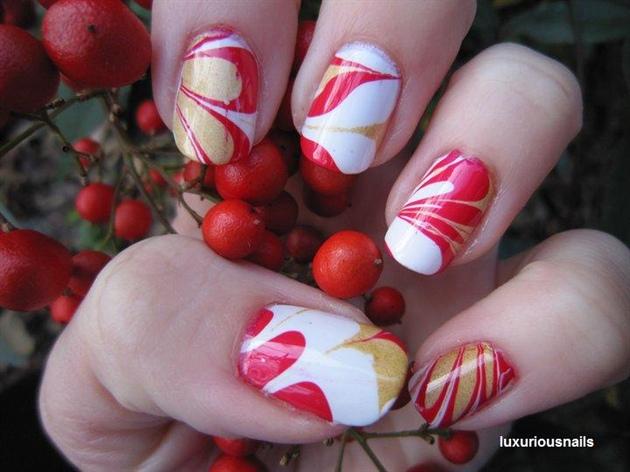 uñas decoradas en agua rojo y blanco