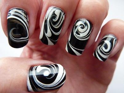 uñas en agua blanco y negro