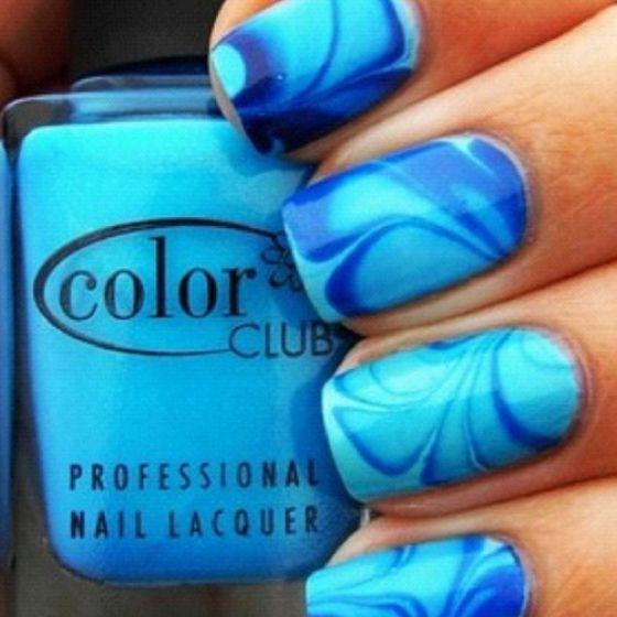 uñas en agua color azul