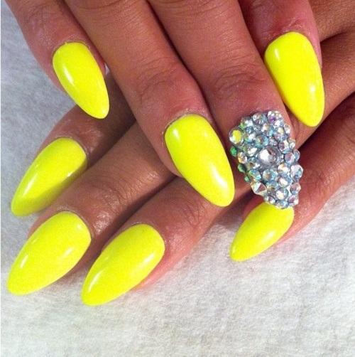 uñas esculpidas color amarillo