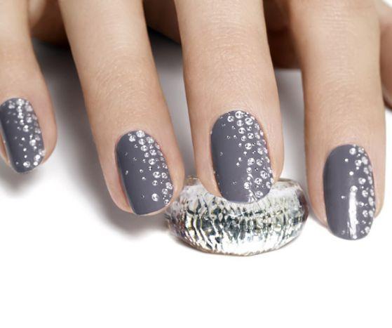 uñas grises con piedras brillantes