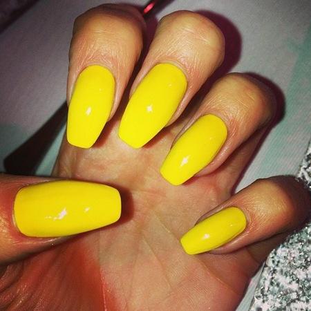 uñas largas de amarillo