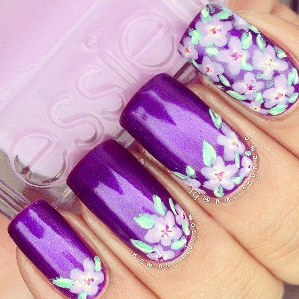 uñas moradas con flores